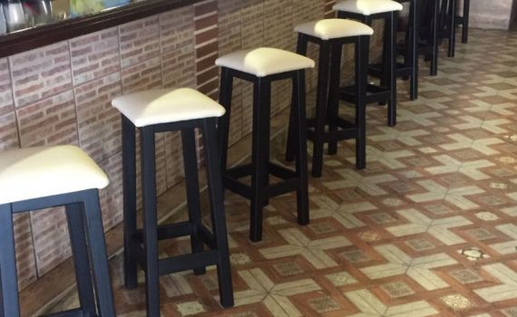 Taburetes de madera con asiento tapizado