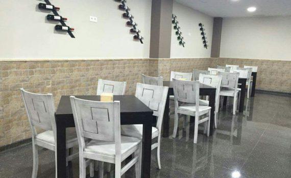 sillas y mesas de madera de pino para hostelería